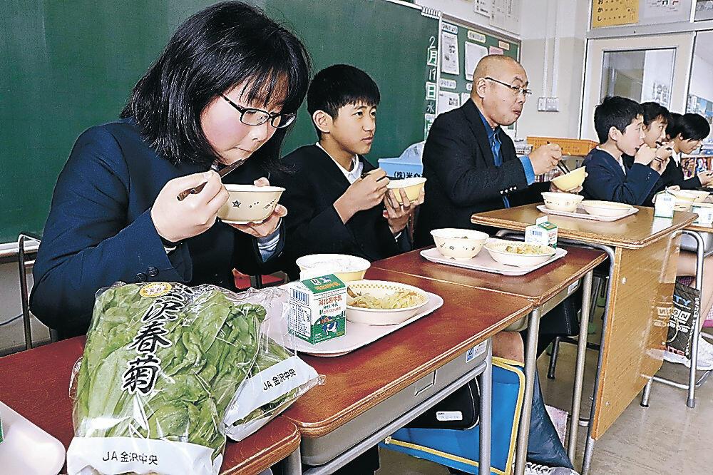 金沢春菊入りの給食を味わう児童=三馬小
