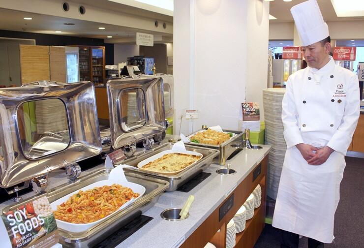 苗場プリンスホテル内のレストランがビュッフェ料理の中に設けた「ソイフードコーナー」=湯沢町三国