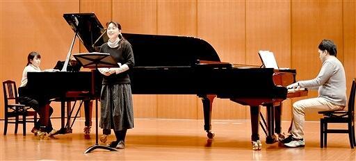 「おひるねコンサート」に向けて練習する地域おこし協力隊の女性(左)ら=福井県若狭町パレア若狭