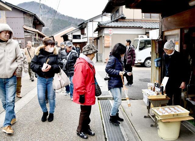 食べ歩きを楽しむ今庄宿の観光客=1月、福井県南越前町今庄
