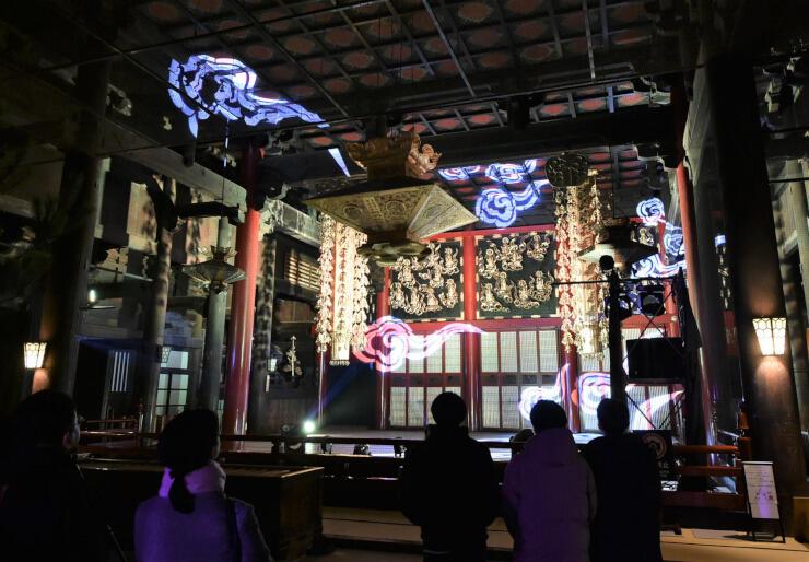 光の演出で彩られた善光寺の本堂=20日午後5時57分、長野市