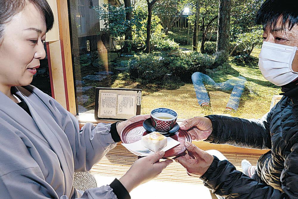 来館者をもてなした和菓子「ゆあかり」と加賀棒茶=加賀市山代温泉の魯山人寓居跡いろは草庵