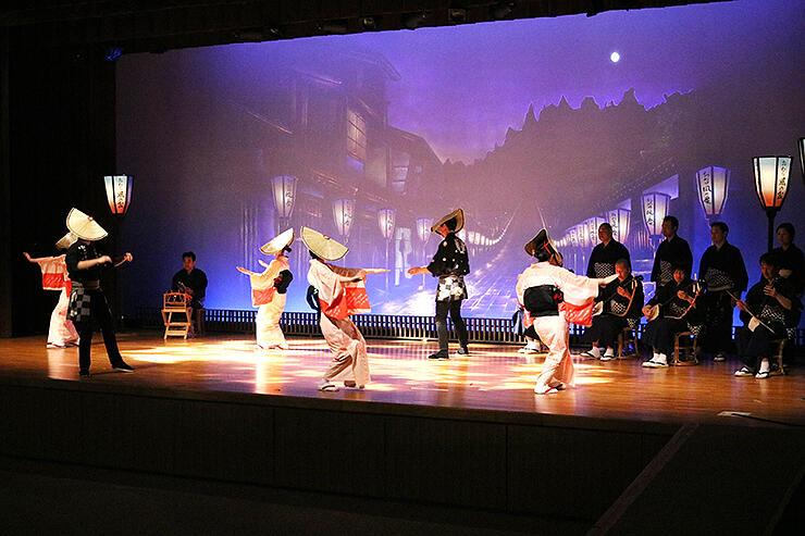 夜の町流しをイメージした舞台を見せた県民謡越中八尾おわら保存会