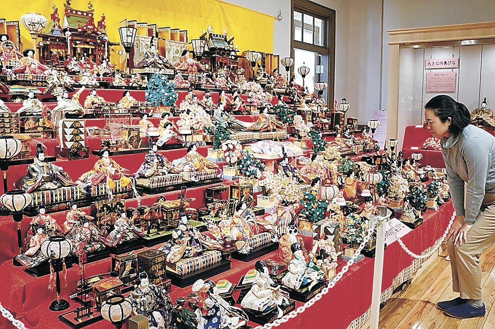 大型の壇に並べられたひな人形=金沢くらしの博物館