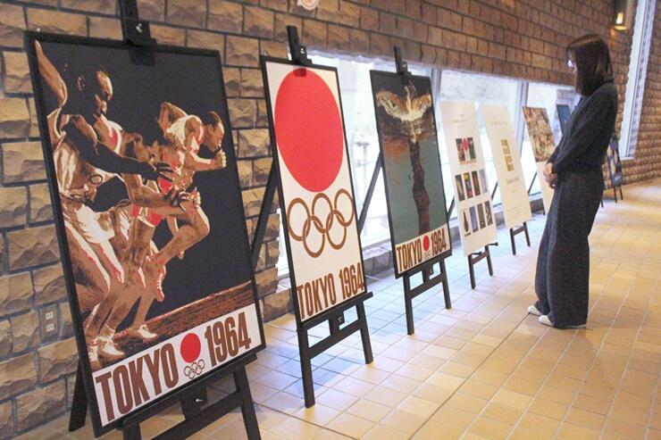 ニットで再現した1964年東京五輪のポスター=長岡市の県立近代美術館