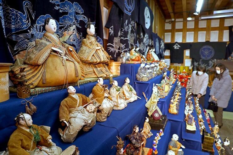 多彩なひな人形が並ぶ「越後長岡ひなものがたり」=24日、長岡市のギャラリー沙蔵