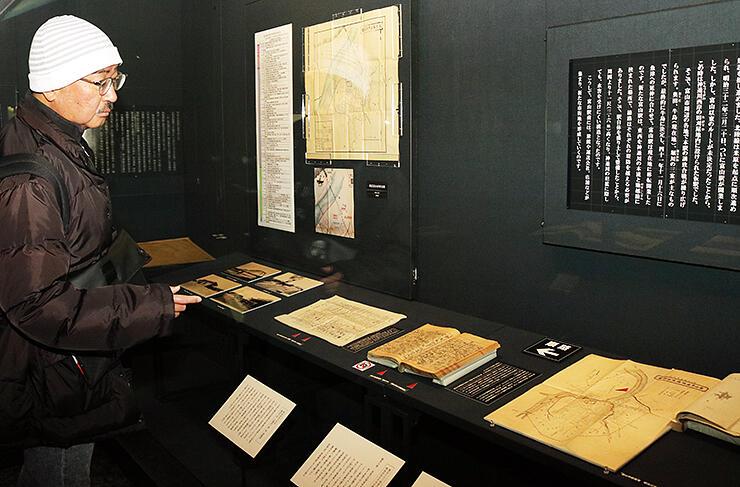 富山駅の歴史を紹介する写真や地図が並ぶ会場