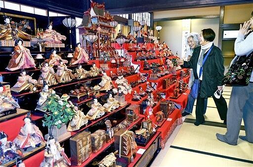 華やかな昭和時代の七段飾りが並ぶ「古き良きひな人形展」=2月24日、福井県越前町小曽原の越前古窯博物館