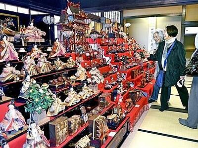 昭和の七段飾りが200体超ずらり ひなまつり行事華やか