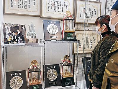 大相撲・遠藤 穴水町に三賞トロフィー展示