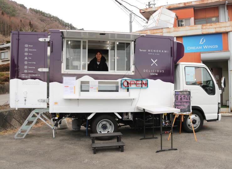 チョウザメのカレーやおかゆを販売するキッチンカー
