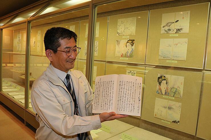 新たに見つかった応響雑記「巻52」を手にする大野館長。特別展ではこれまでにそろった63巻を挿絵と共に公開する