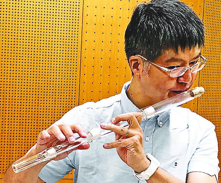 昨年9月に試作品を演奏する神田教授