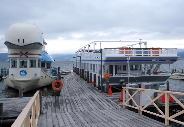 3月1日の就航を控えたスワコスターマイン号(右)。隣は2月29日まで活躍する竜宮丸