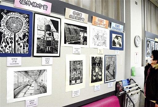 児童生徒の個性豊かな作品が並ぶ巡回展=2月26日、福井県大野市元町の北陸銀行大野支店