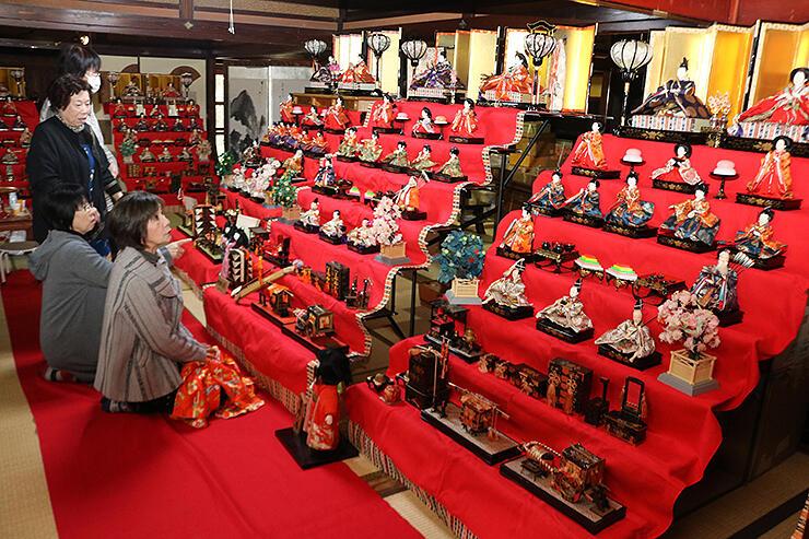 大小さまざまなひな壇が並ぶ旧宮崎酒造