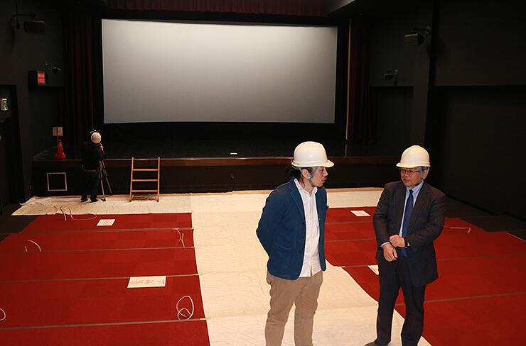 4月のオープンに向けて改修工事中の「ほとり座」。田辺代表(左)と京田専務