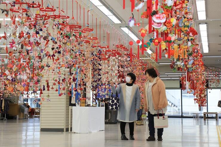色鮮やかなつるしびながカーテンのように並ぶ「つり飾り展」=見附市