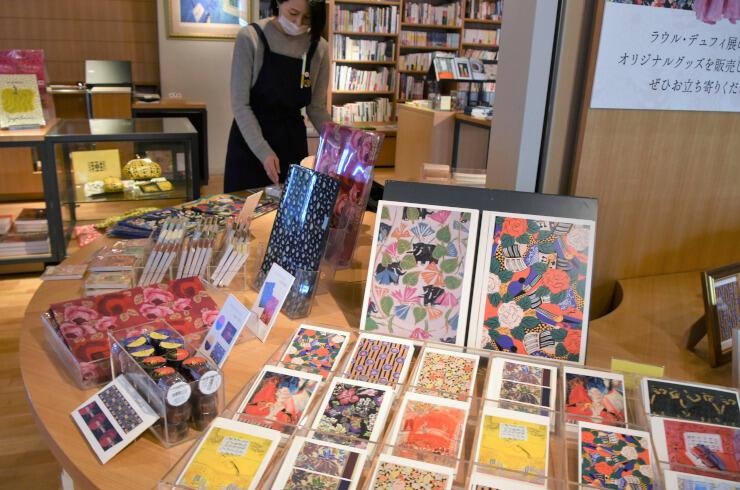 デュフィのデザインを使った多彩なグッズが並ぶ松本市美術館内のショップ