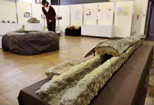 福井城下で発掘された笏谷石の水路などの展示=福井県福井市文化財保護センター
