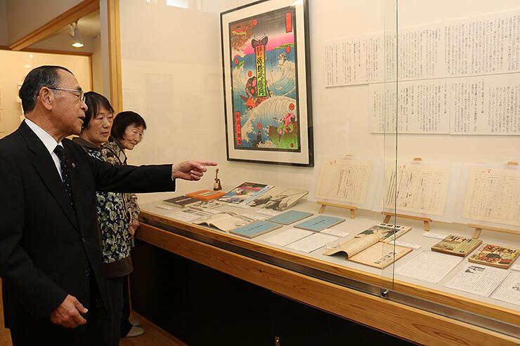 杉田館長(左)の説明を聞く招待客