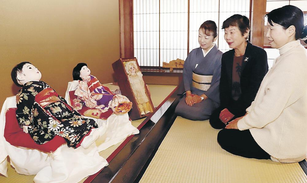 初公開を控えた前田家の姫ゆかりの人形=宝町の宝円寺