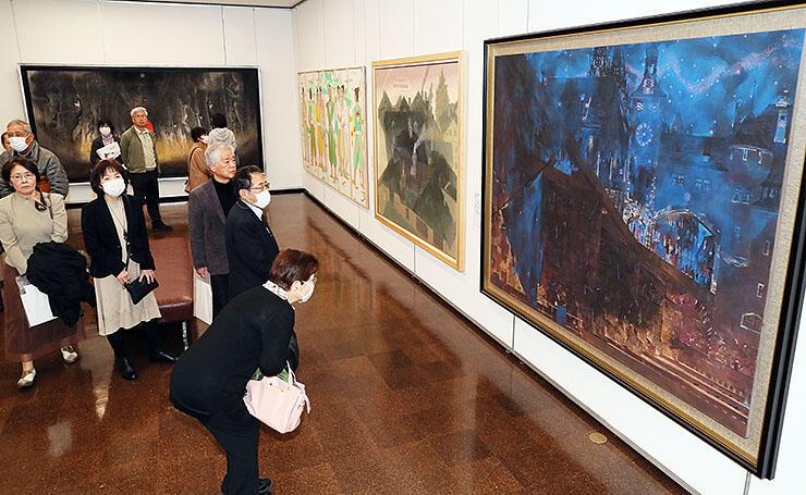 高島圭史さんの「星のふる古都」(右)などに見入る来場者=県民会館美術館