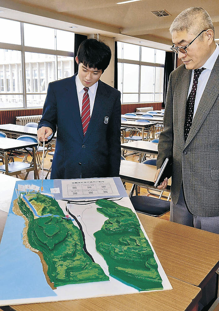 模型の説明をする向さん(左)と政谷講師=珠洲市の飯田高