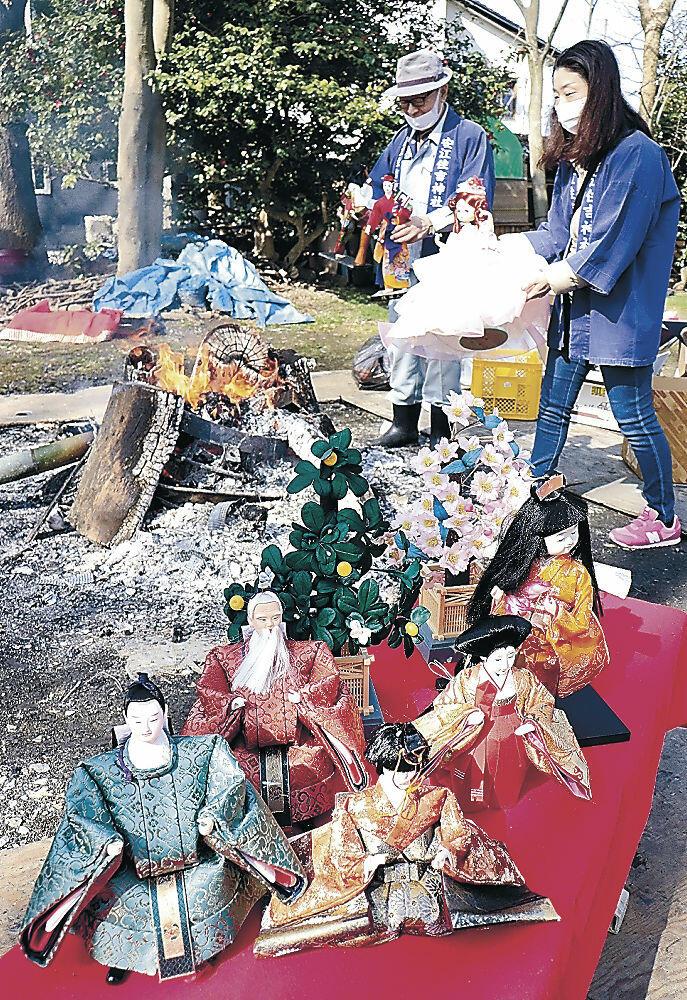 まつりに持ち寄られた人形=北安江2丁目の安江住吉神社