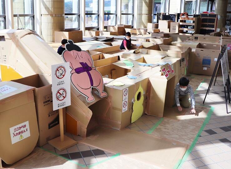 「うんち迷路の大冒険!」に挑戦する子どもたち=1日、上越市