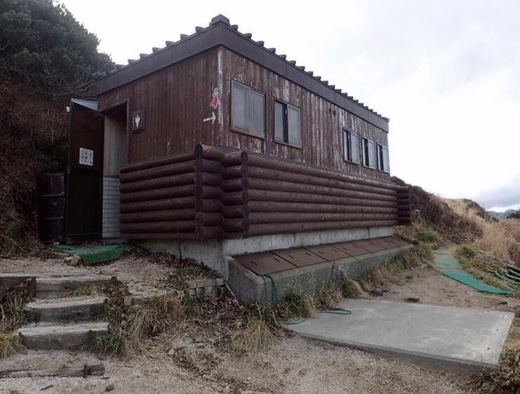 市が改修を始める燕岳テント場のトイレ(安曇野市提供)