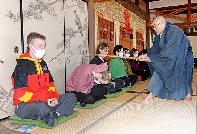 大成寺で行われた座禅体験。ツアー参加者の約半数を外国人が占めた=3月1日、福井県高浜町日置