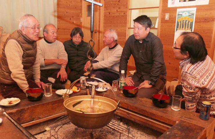 尾崎さん(左)から山荘や天文台の思い出を聞く新規の参加者ら