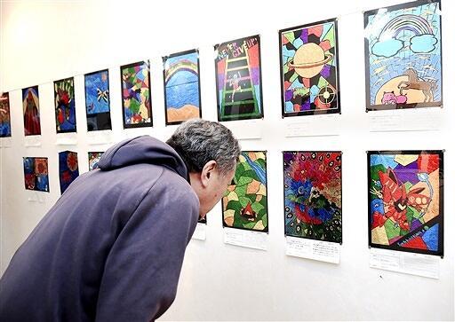 生徒の夢や希望が込められたステンド絵画が並ぶ作品展=3月2日、福井県福井市のJR森田駅