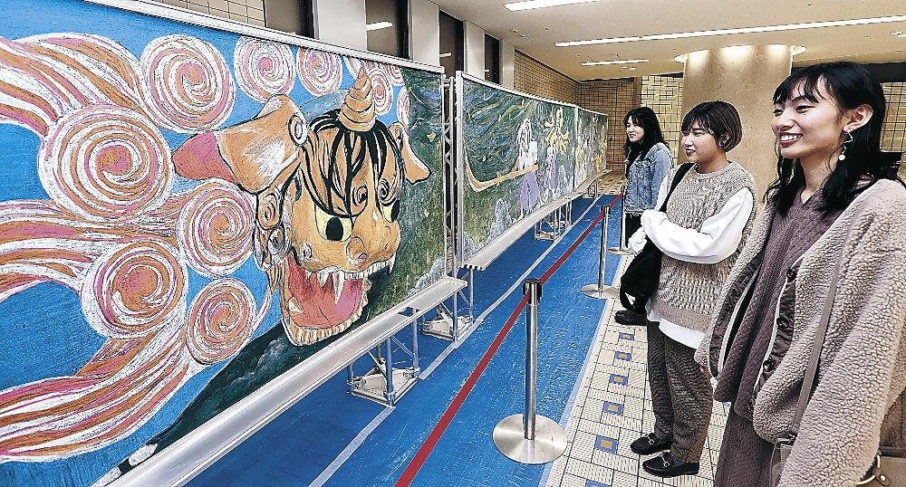 黒板アートを楽しむ駅利用者=金沢駅もてなしドーム地下広場