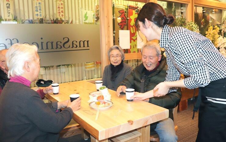 店内を広く改装し、リニューアルオープンしたmaSanicoffee=佐渡市両津湊