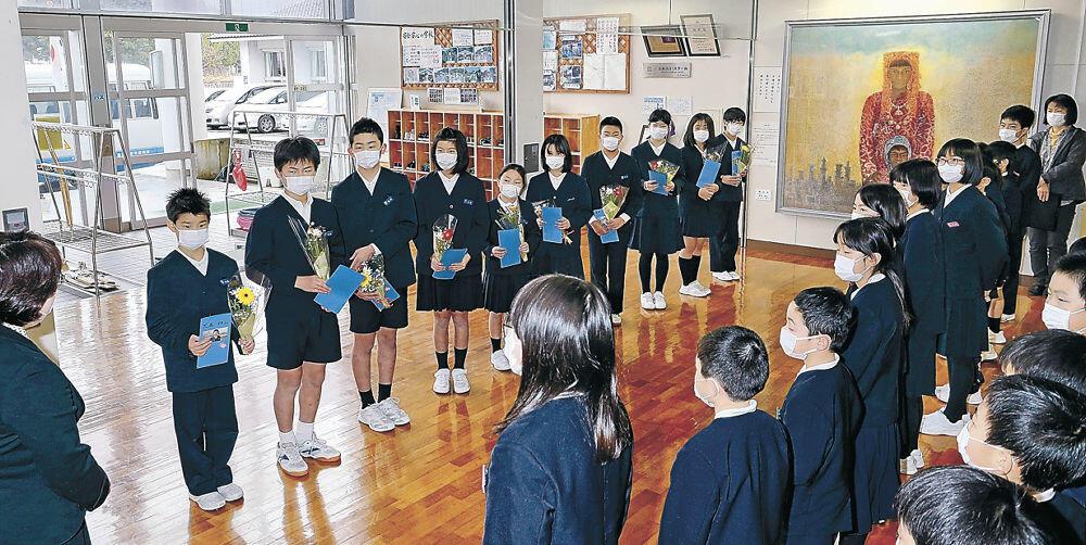 臨時休校を前に開かれた「お別れの会」で感謝を示す児童=金沢市三谷小