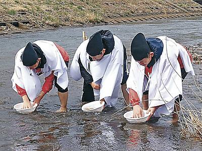 豊穣願い赤米とぐ 輪島・重蔵神社で如月祭