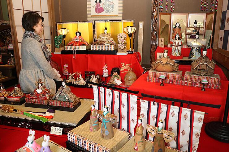 江戸時代からのひな人形が並ぶ展示