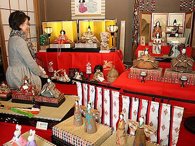多彩な表情楽しんで 高岡の老舗ひな人形展示