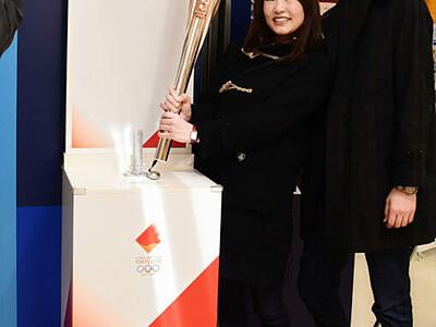 トーチ、触れて五輪実感 聖火リレー用、松本で展示