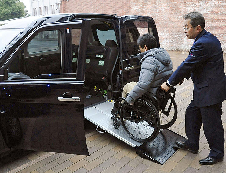 スロープ付きのユニバーサルデザイン(UD)タクシー