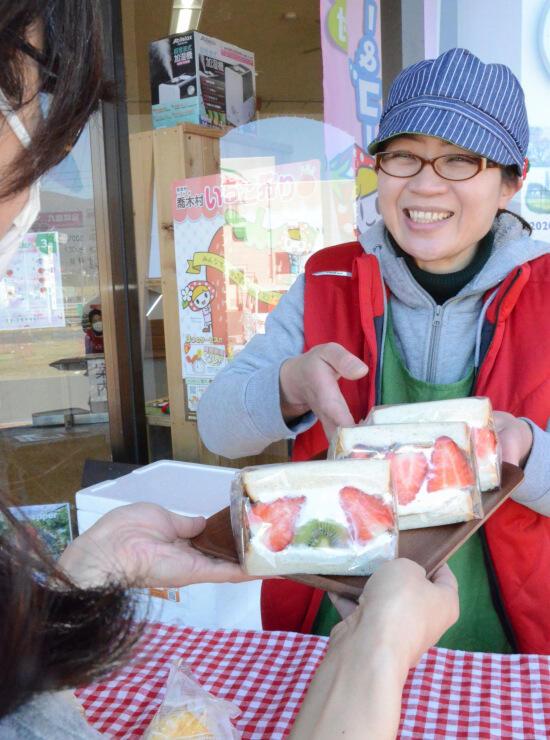 村産のイチゴを使ったサンドイッチを販売する小林さん