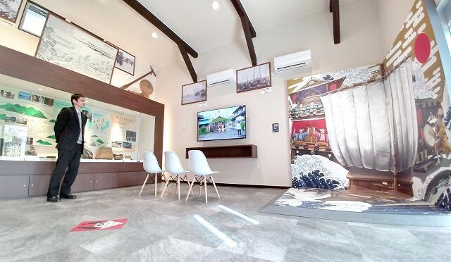 鯖街道をたどるパネル(左)やトリックアート(右)が展示された鯖街道ミュージアムの館内=3月6日、福井県小浜市広峰