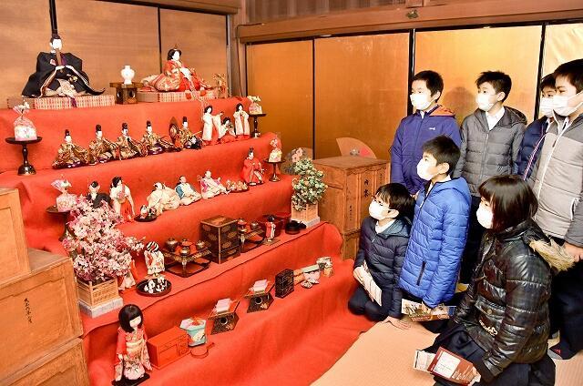 端正なたたずまいを見せる約100年前のひな人形=福井県南越前町の北前船主の館・右近家