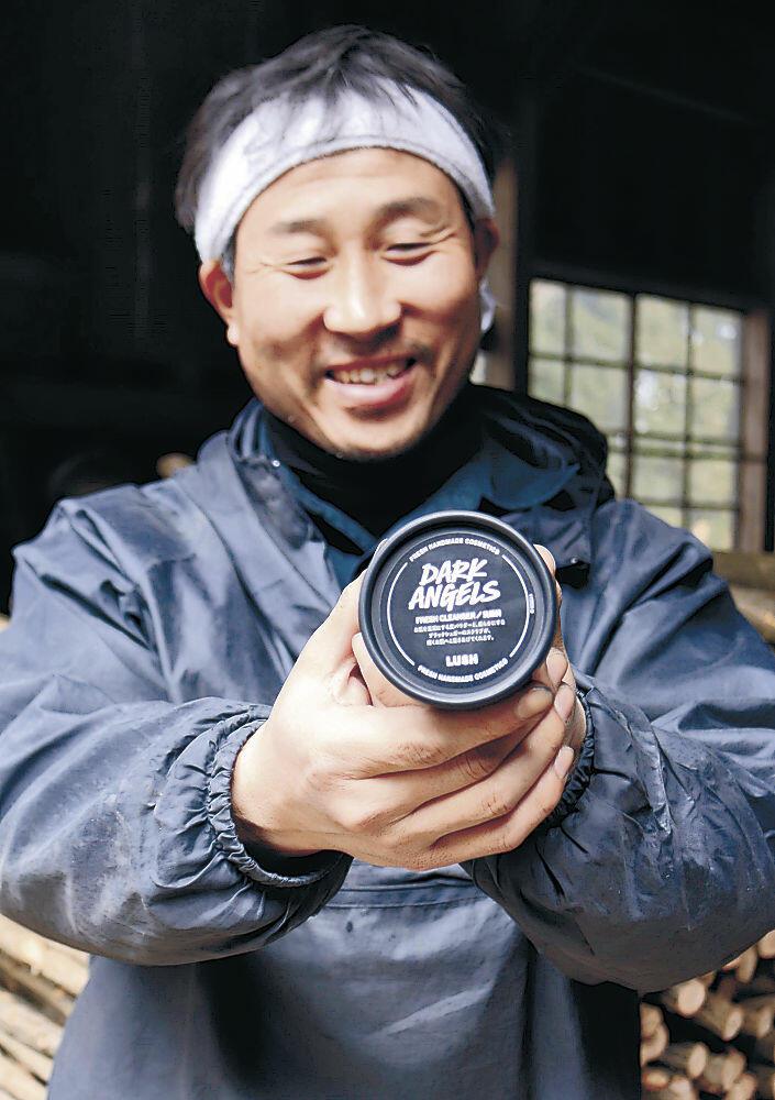 珠洲の炭を使った洗顔料を手にする大野社長=珠洲市東山中町