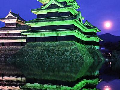 松本城、緑色に染まる 世界緑内障週間でライトアップ