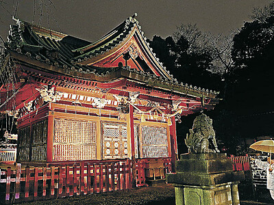 朱色の社殿、夕闇に浮かぶ 金沢・尾崎神社ライトアップ