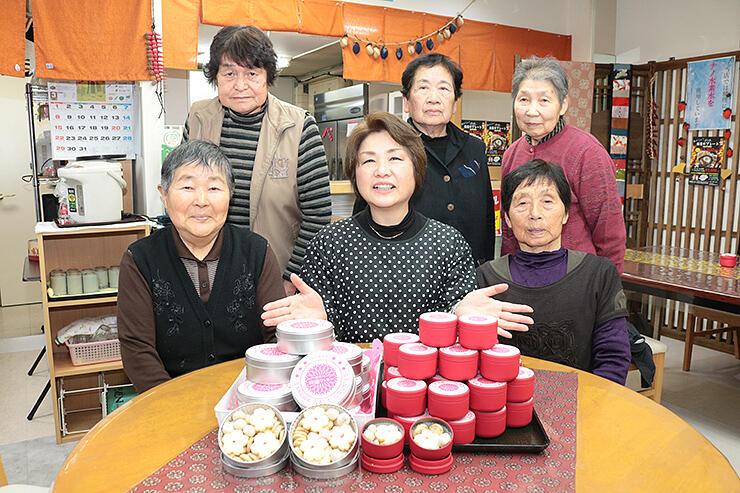 「おやべ桜塩クッキー」の詰め合わせを紹介する瀬戸代表(前列中央)と八重楽の会メンバー
