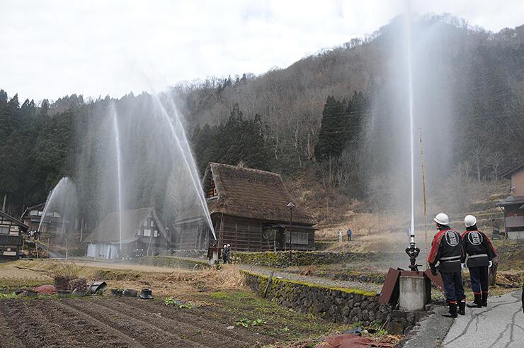 防火訓練に取り組む相倉集落。6月に世界遺産登録を記念し3集落合同が一斉放水する